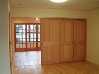 リビングと主寝室の間の3枚間仕切り戸のレールは、部屋と部屋の一体感を損なわな...