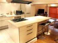 マンションでキッチンを移設するためには、排水管を通す関係上、どうしてもキッチ...