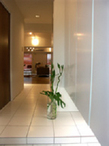 真っ白な玄関。広がりをもたせるように、土間も廊下も同じ素材のタイルで仕上げ。...