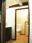 現しの梁、再利用した家具や鏡、お客様お手製の棚…そして、使い勝手と清掃性を重...