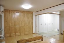 リビングの一部を和室にしました。リビングの入り口ドアをパイン材にすることで、...