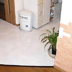 キッチンスペースの床にはフロアータイルをはり、お掃除もラクラクです。