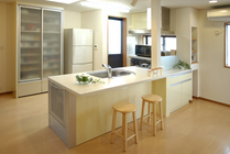 自然と家族が集まるフラット対面キッチンを中心としたLDK