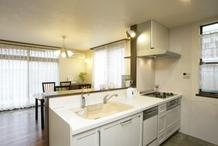 清潔感漂うホワイトのキッチンです。床のタイルはデザインや防汚性の他に、愛犬「...