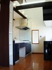 天井を吹き抜けにして、開放感のあるオシャレなキッチンです。