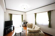 床や壁などの傷や汚れが気になっていましたが、シンプルなデザイン空間に奥様の趣...