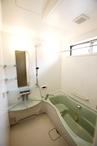 浴室の窓は、入浴中に外からシルエットが見えないよう高い位置にする等、細やかな...