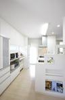 キッチン横の段々になっているキッチン袖壁兼ディスプレイ棚は、実は着工後に撤去...