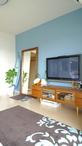 """壁の一面を""""家族が大好きな海""""の色とする事で、部屋のアクセントになるとともに空..."""