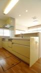 キッチンカウンターは、キッチン・ダイニングの両面から使用できる収納とし、スペ...