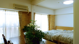 以前は、扉と壁で間仕切られていた和室とリビングダイニング。壁は撤去し、天井ま...