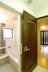 建具は開口の広い引き戸を採用。浴室と洗面脱衣室に暖房をいれ、冬場に起こりやす...