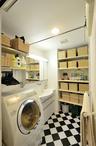 収納バスケットの高さに合わせて調整ができる可動棚を洗面右と洗濯機上に新設。洗...