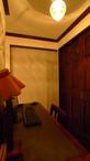 仕切り壁以外は開放。仕切り壁には、ステンドグラスをはめ込み、空間のアクセント...