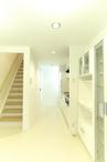 部屋の中央に位置する階段下のデッドスペースに洗濯機を収納して、スペースを有効...