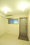 玄関も室内に合わせて白く開放的な空間になりました。