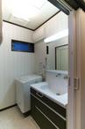 ●視線が気になる勝手口を塞ぎ、明かりと換気ができる窓に。●浴室乾燥暖房器の設置...