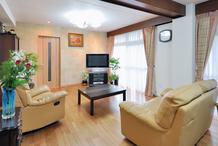 家具やグリーンと調和 床暖房で明るく暖かいLDKリフォーム