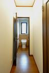 以前は内開きだったトイレ。安全性を考え外開きとすると共に、床の段差をなくしバ...