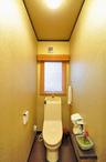 お客様に気持ちよく使ってもらえるようにと、トイレは全面に金色のクロスを貼り、...