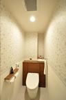 トイレは可愛らしい花柄の壁紙で、オシャレに変身!タンクが一体となった収納で、...