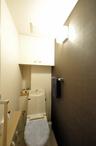 トイレは一面のみクロスの色を変え、落ち着いた雰囲気にまとめました。