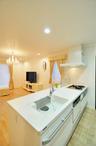 吊戸棚と壁を取り除き開放的になったキッチン。カウンタートップも広くなり、お料...