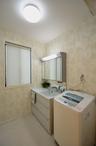 浴室と洗面所も設備を一新。すっきりとした洗面所はグリーンのクロスに。