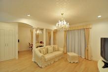 奥様厳選の家具と照明で、エレガントで高級感漂うリビングとダイニング。昼は太陽...