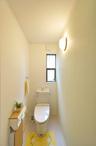 気になる水まわりは、トイレと洗面所の配置を変更。洗面所は、キッチンと廊下のど...