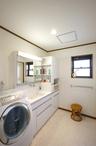 白を貴重にすっきりと生まれ変わった洗面所。
