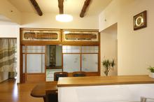 歴史を感じる和室のガラス障子や、天井裏から出てきた丸太の梁は、ダイニングのイ...
