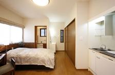 1階の増築部分はお母様のお部屋。ミニキッチンやトイレ、専用の玄関も完備。「引...