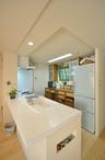 開放的なオープンキッチンは、壁を撤去し、天板は優しげな白いタイル仕上げ。まだ...