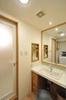 木の温かみ感じられる洗面所は、洗面ボウルを取り替え、前板や枠をリメイクして雰...