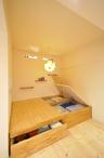 リビングの一角は収納たっぷりの小上がり。夜には主寝室にもなります。天然木仕上...