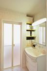 和室収納だった部分に洗面器と棚を取り付けたので、洗面所はかなり広くなりました。