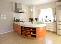 インテリア性の高いオレンジのアイランド型キッチンは機種を夫人、カラーはご主人...