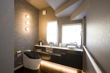 高級ホテルのようなシックでお洒落なトイレ。車椅子にも対応できるゆとりのスペー...