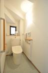 経年により色あせてきたトイレは、節水型に入れ替え内装もリフレッシュ!