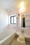限られた空間ながら、浴室やトイレも完備。