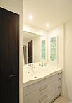 浴室の広さに比べて狭く、収納も少なかった洗面所。間口の広さを生かし、2列に分...