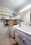 洗面台は一回り大きいタイプを設置。引き出し収納で奥までたくさん収納できます。...