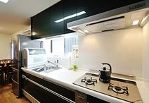 キッチンはリフォームのきっかけとなったガスコンロの他に、収納不足で物が溢れて...