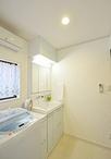 洗面台はTOTOのサクアを設置。ハンドシャワー式のスウィング水栓だから洗顔はもち...