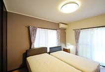 寝室として使えるように、和室から洋室に変更。 壁の一面を色味を抑えたカラーに...
