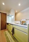 以前のL型キッチンは、食器棚や家電の位置が離れてたり、収納不足でした。 対面キ...