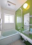 またぎの高さが低いお風呂など、設備機器を一新。浴室の壁はご主人の好きなグリー...