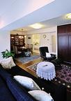 存在感のあるアンティーク家具に合わせて内装(壁・床)はシンプルにまとめました...