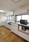 システムキッチンは収納力とお手入れが簡単なサンウエーブのアミィ。食器洗い乾燥...